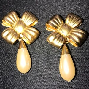 Elithabeth Arden bows clip earrings faux pearls